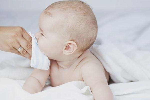 مقدار آب دادن به نوزاد چقدر باید باشد
