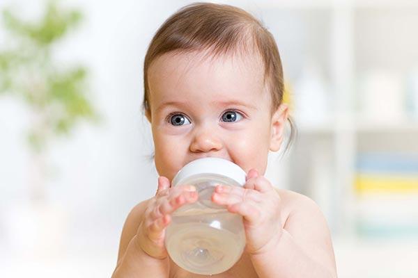 چقدر به نوزاد آب بدهیم