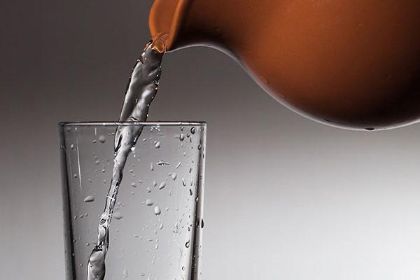 بهبود متابولیسم بدن با نوشیدن آب کوزه