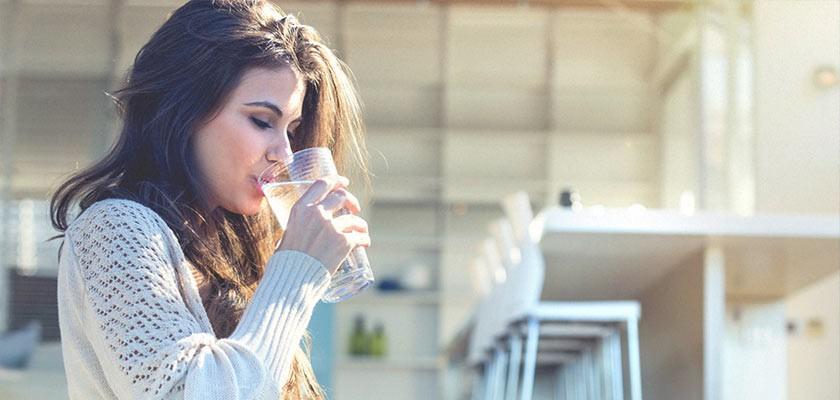 نوشیدن آب خنک