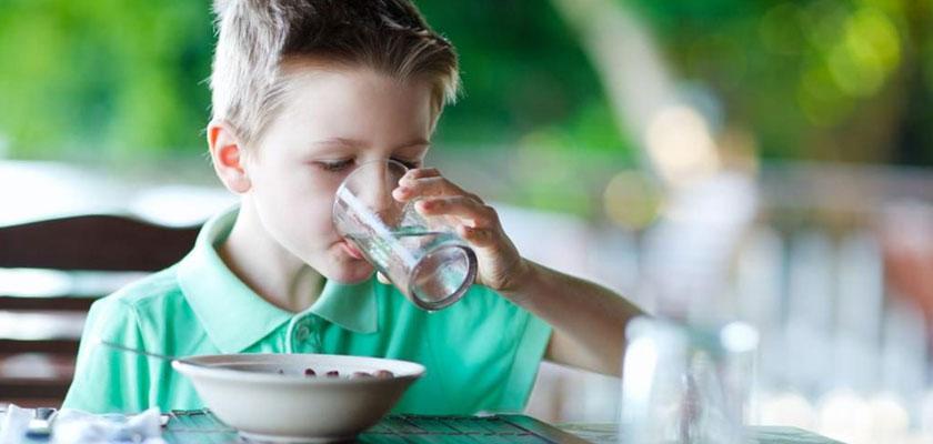 ضررهای نوشیدن آب بعد از غذا از نگاه طب اسلامی