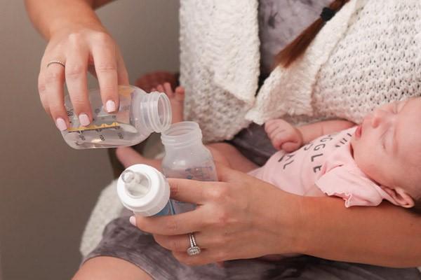 اضافه کردن آب به شیشه شیر